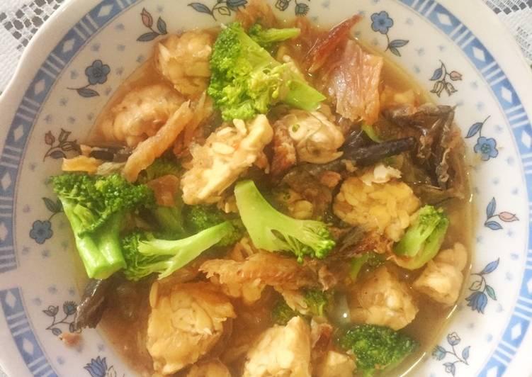 Cara memasak Ikan Salai (asap) Tumis Tempe Brokoli yang bikin ketagihan