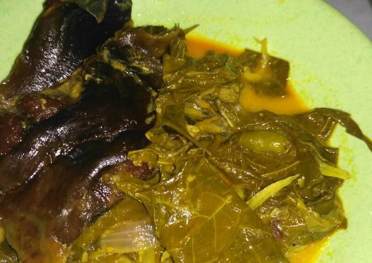 Cara Mudah mengolah Gulai daun ubi ikan salai (ikan asap) istimewa