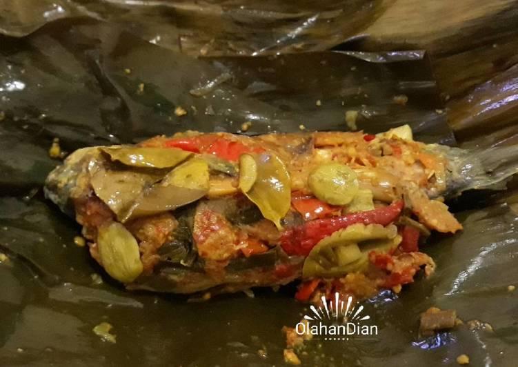 Cara memasak Pepes Ikan Mas + Pete yang menggugah selera