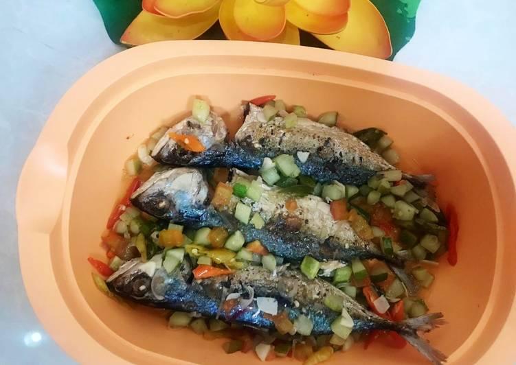 Cara mengolah Ikan kembung masak acar yang bikin ketagihan