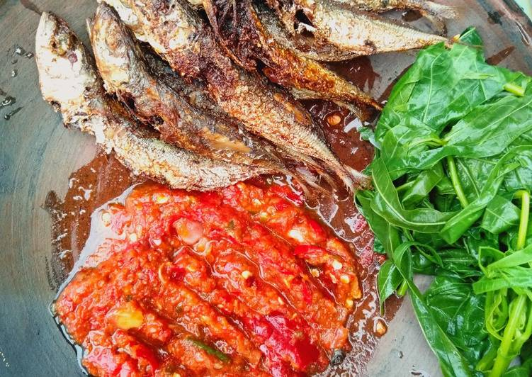 Resep: Ikan benggol sambal mantah lalap pucuk ubi🐟🌿 yang bikin ketagihan