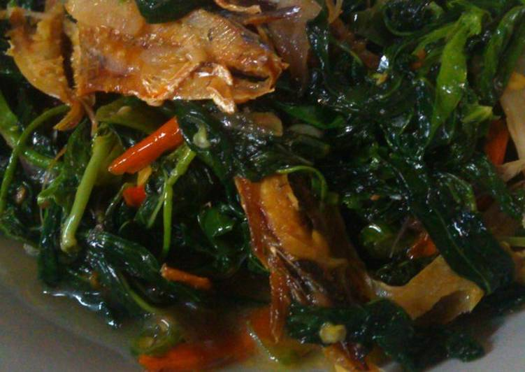 Cara memasak Tumis pucuk ubi ikan asin sedap