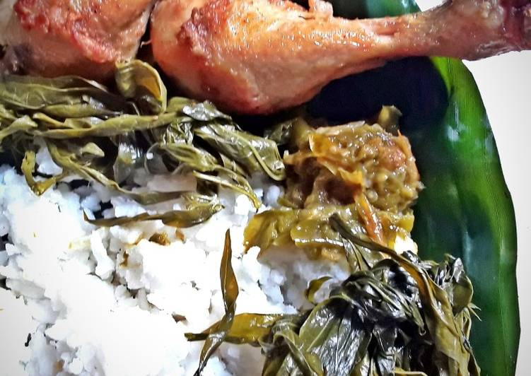Ayam Goreng, Lalapan Daun Singkong dan Sambal Cabe Ijo