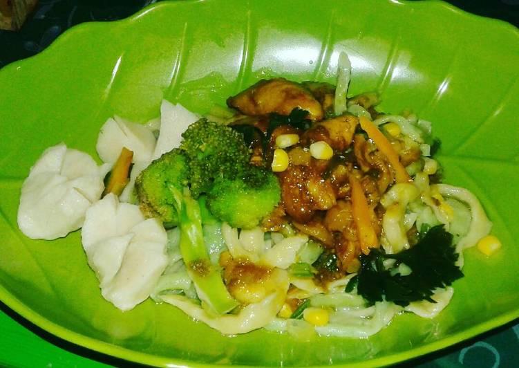 Resep membuat Mie ayam pelangi homemade lezat