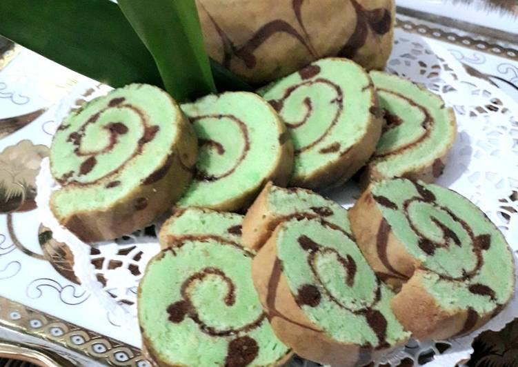 Cara Mudah memasak Bolu Gulung Bintik Batik Pandan yang menggugah selera
