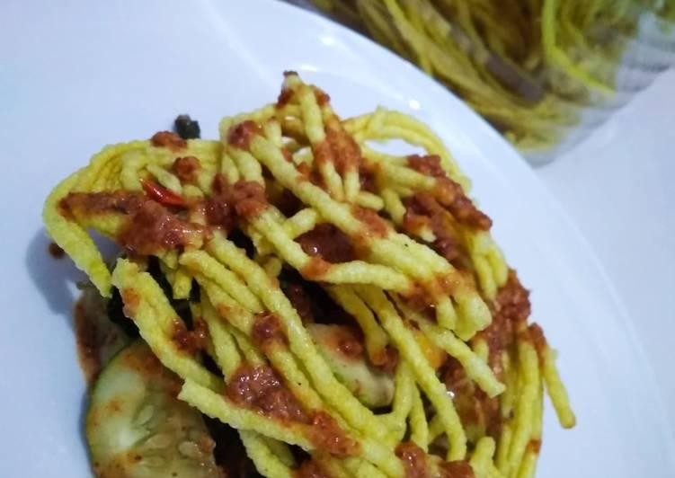 Cara membuat Pecel + krupuk mie yang menggugah selera