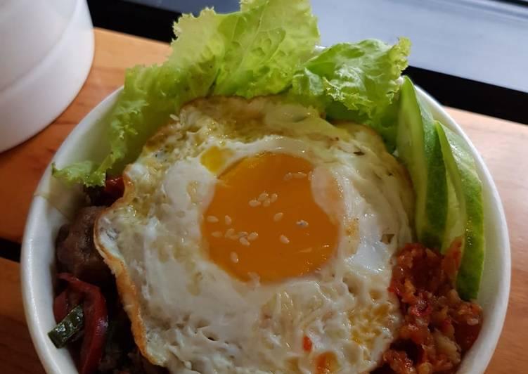 Resep: Nasi rice bowl telur ceplok sapi lada hitam ala resto