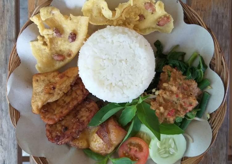 Cara mengolah Nasi Pecel +Tempe tahu bacem + Ayam goreng ala resto