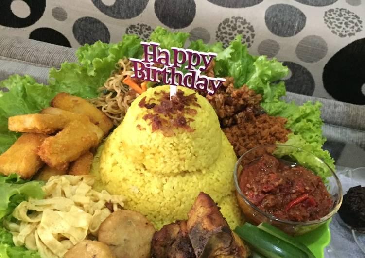 Cara membuat Tumpeng nasi kuning ulang tahun yang menggugah selera