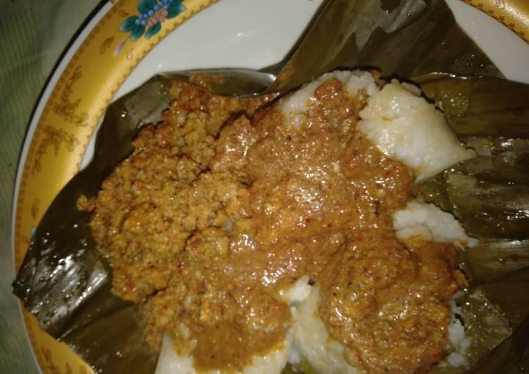 Resep membuat Lontong isi oncom sambel kacang enak