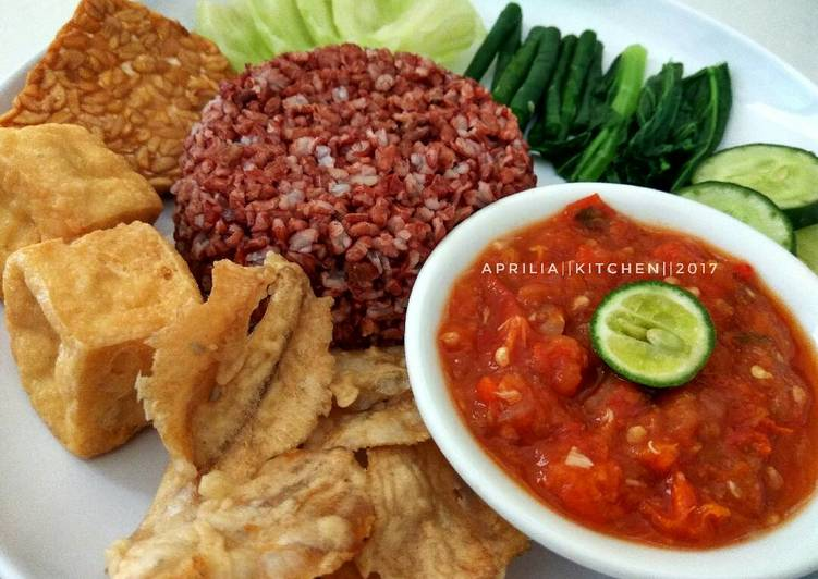 Resep: Sego tempong/tempong nasi merah, menu makan siang lezat
