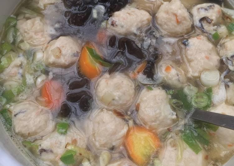 Resep mengolah Sop Bola Ayam Udang Soun yang menggugah selera