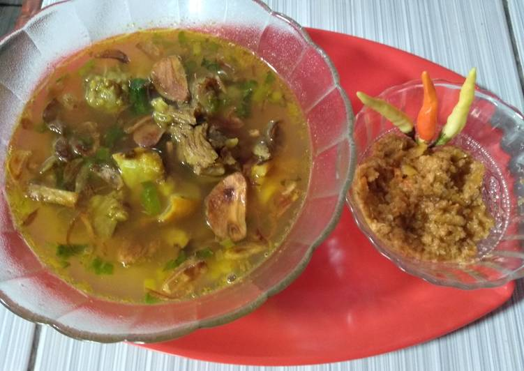 Cara mengolah Soto daging dan kikil sambal kemiri yang bikin ketagihan