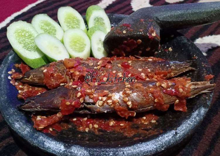Cara memasak Sambel terasi ikan panggang