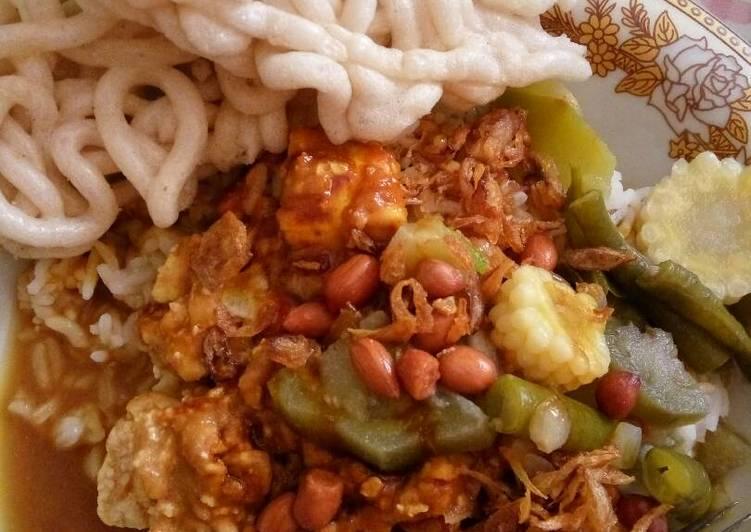 Cara membuat Nasi tahu bumbu kacang