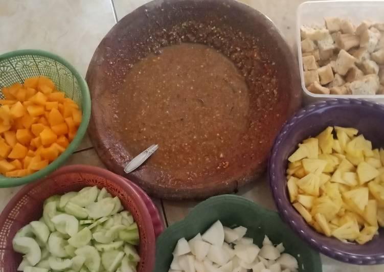 Resep membuat Rujak buah sambel kacang pedas