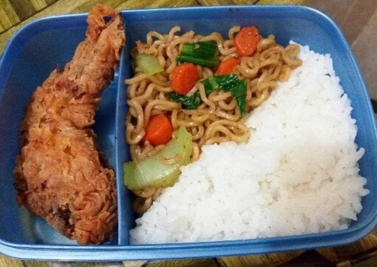 Resep memasak Bekal kantor : Ayam Krispi, Mie goreng Lada Hitam + sayur