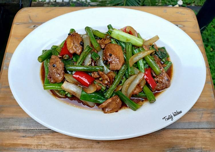 Resep membuat Tumis ayam kacang panjang saus lada hitam lezat