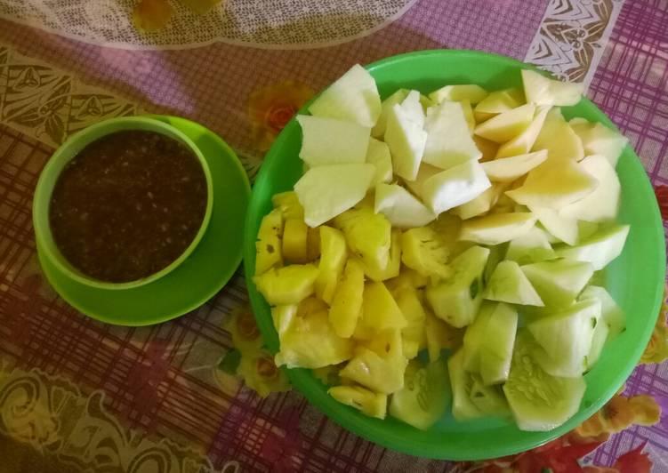 Cara mengolah Rujak buah bumbu petis