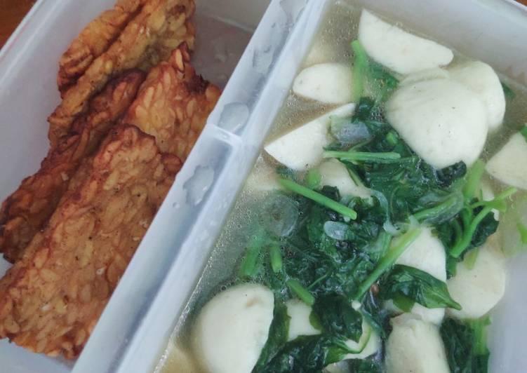 Cara memasak Tumis bayam baso ikan + tempe goreng