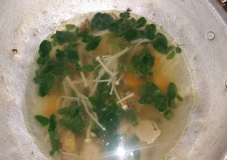 Resep: Sop daun kelor dan jamur kenoki enak