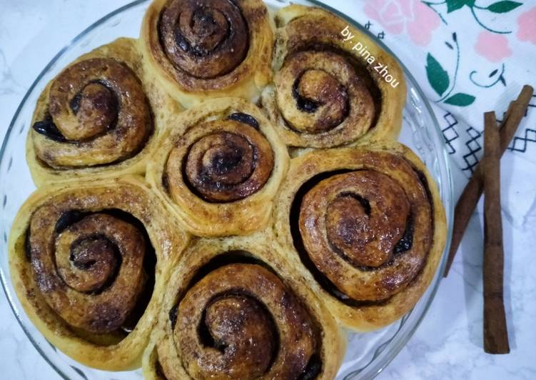 Resep mengolah Cinnamon roll dengan kismis istimewa