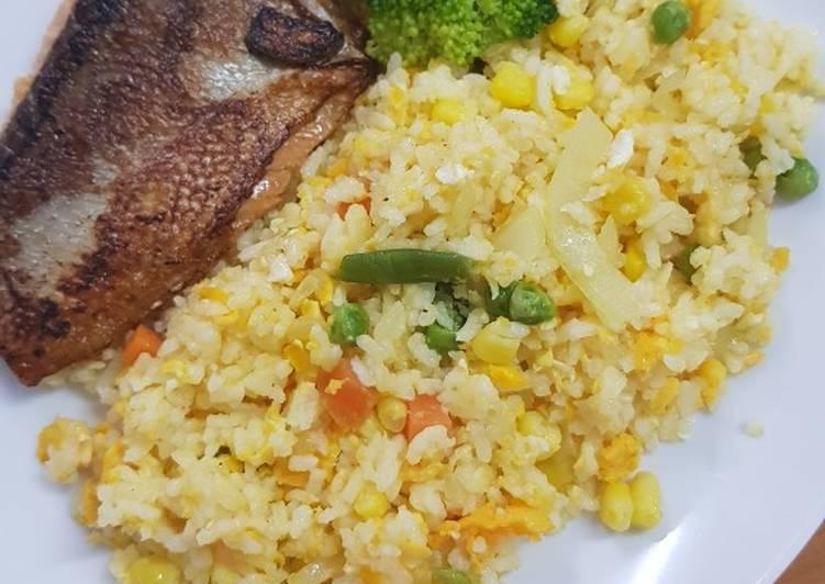 Cara membuat Garlic butter rice with fried salmon