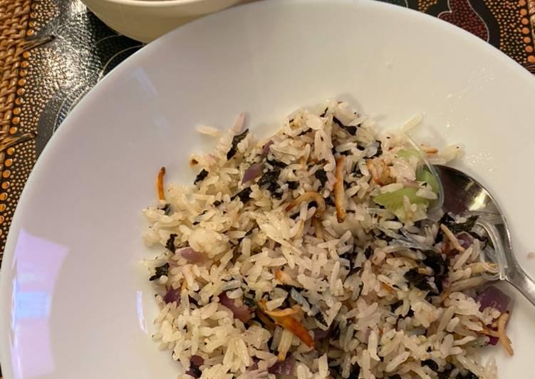 Resep mengolah Nasi goreng seaweed dan Ikan teri) (Seaweed anchovies buttered rice) lezat