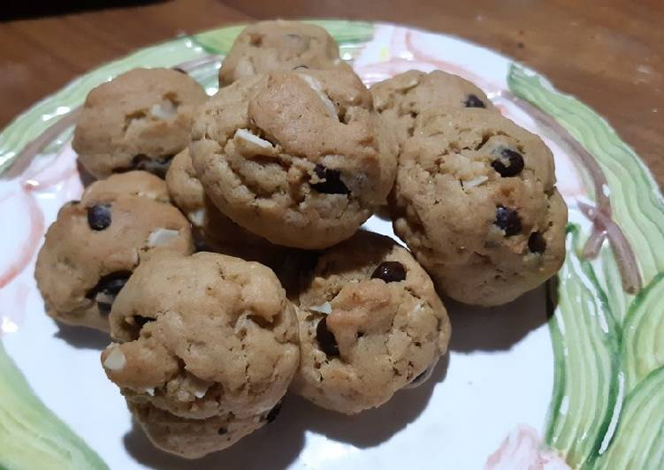 Resep: Soft and chewy chocolate chip almond cookies lezat