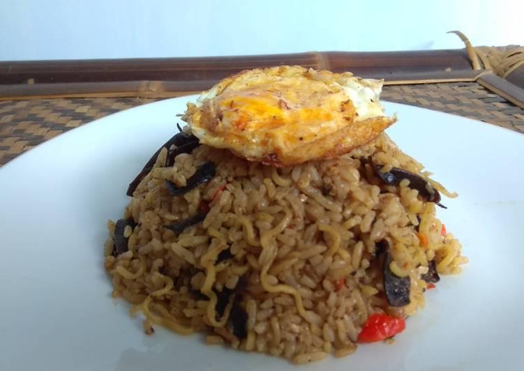 Cara Mudah mengolah Nasi Goreng Mawut Cumi Asap with jamur kuping lezat