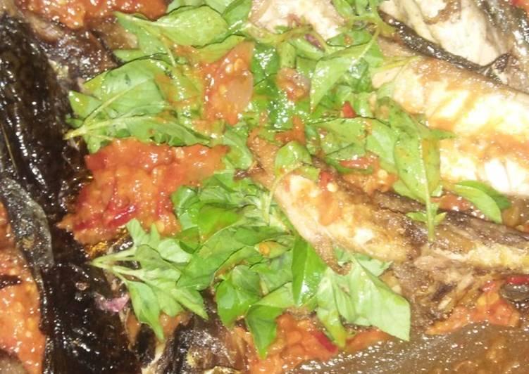 Cara memasak Penyetan sambal kemangi ikan asap salmon lezat