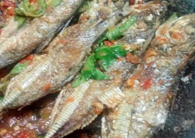 Cara memasak Ikan laut penyet kemangi