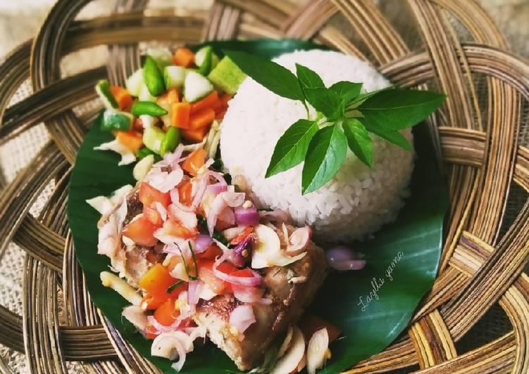 Cara memasak Tuna asap sambal matah plus acar sayur