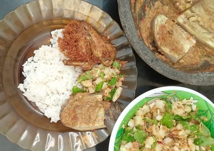 Resep: Menu sarapan (ayam serundeng, sambel terong,trancam timun)