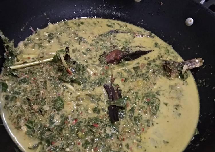 Resep: Sayur daun singkong tumbuk + ikan sale ala resto