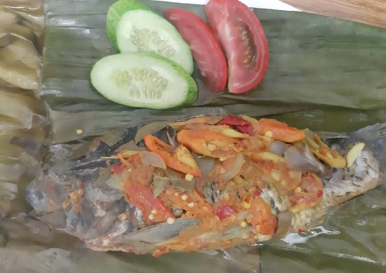 Cara mengolah Pepes ikan mas pedas yang bikin ketagihan