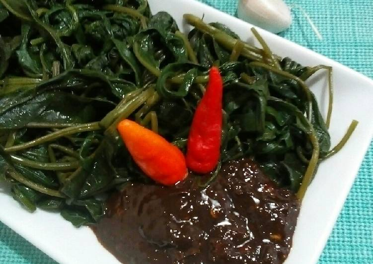 Resep membuat Lutis Kangkung (kangkung rebus sambel petis)