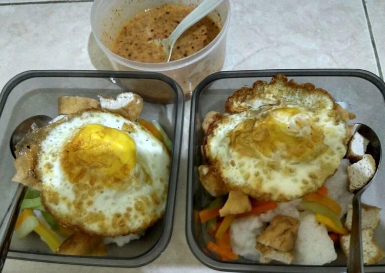 Resep: Kupat tahu telur ceplok wortel welok siram bumbu pecel sederhana enak