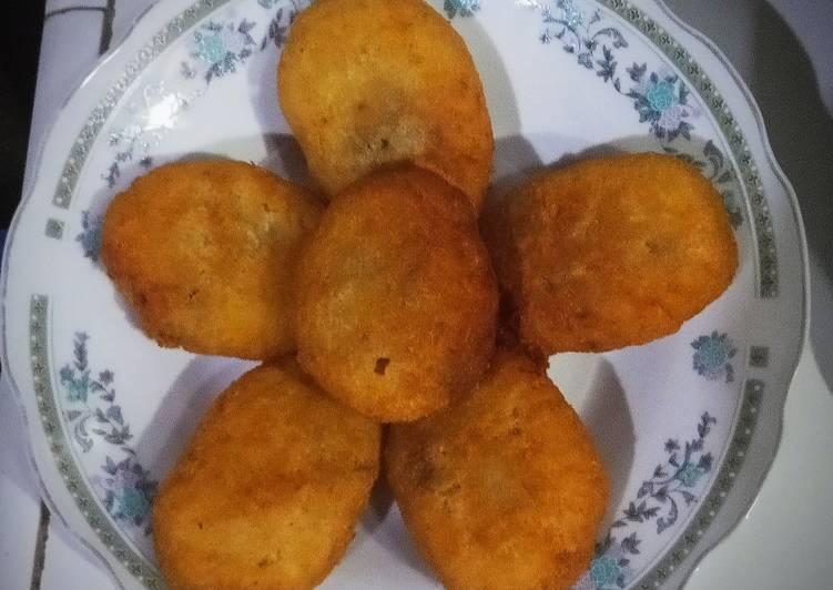 Jemblem/cotot (singkong goreng isi gula merah)